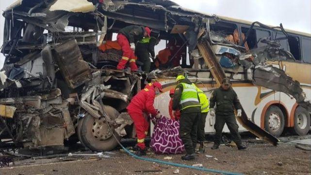 22 muertos por choque de micros en Bolivia