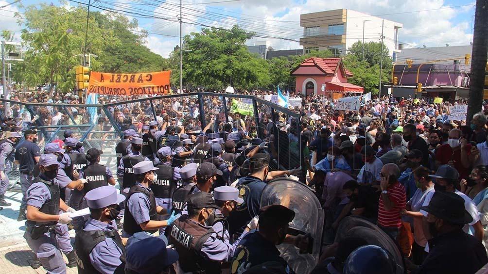Protestas y manifestantes heridos tras el anuncio de regreso a Fase 1 en la ciudad de Formosa