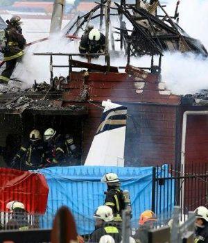 Impactantes videos: así cayó avioneta sobre dos casas dejando 6 muertos