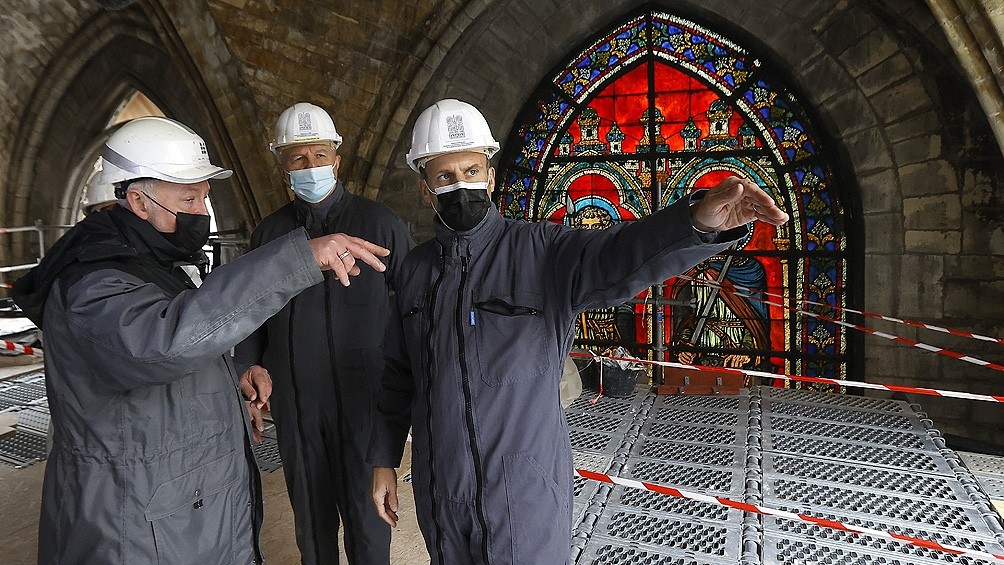 Macron visitó la catedral de Notre Dame, a dos años del voraz incendio