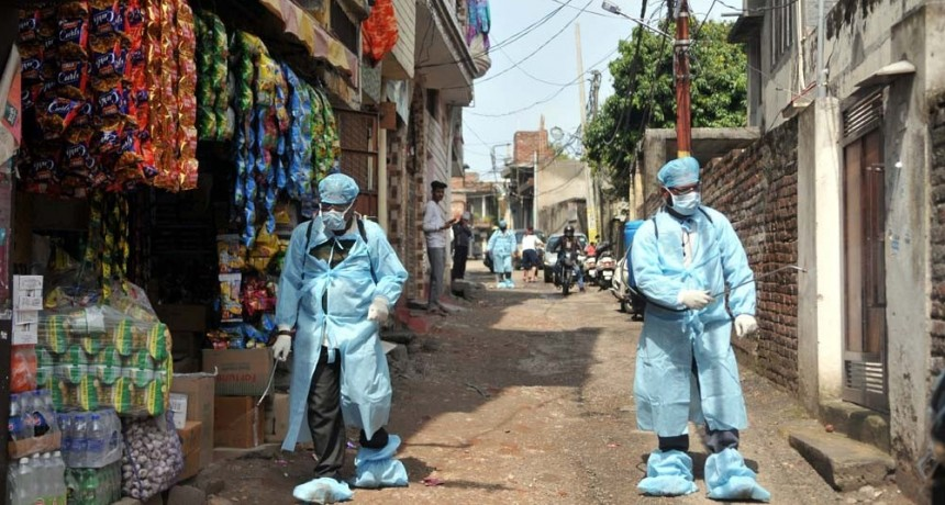 India registra un nuevo récord de contagios y supera a China en muertes