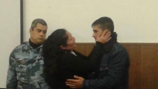 Una mujer abrazó y perdonó al joven que mató a su hijo