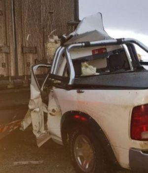 Tres muertos al chocar camioneta con camión en Santa Cruz
