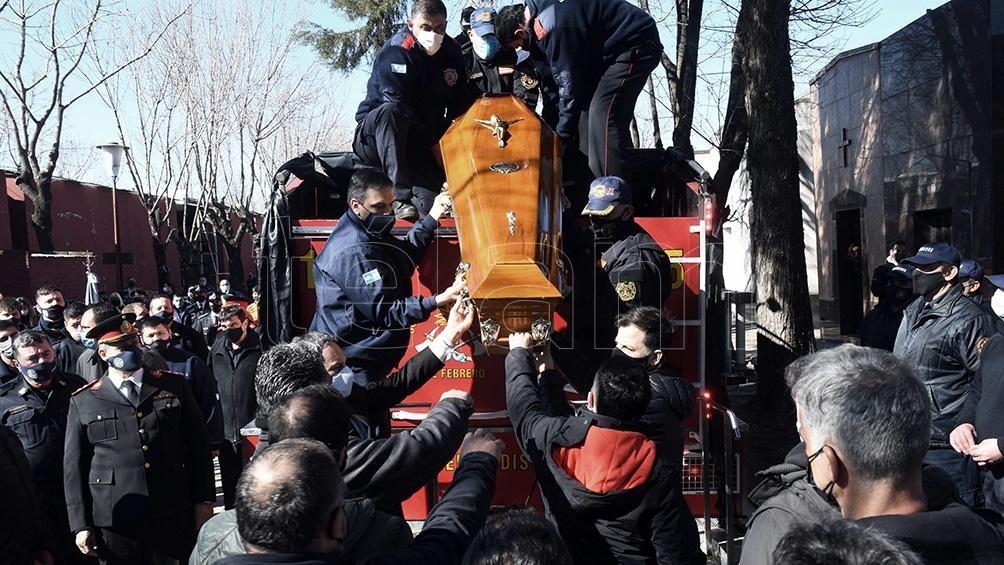 Una multitud despidió a los tres bomberos fallecidos en el incendio de un departamento