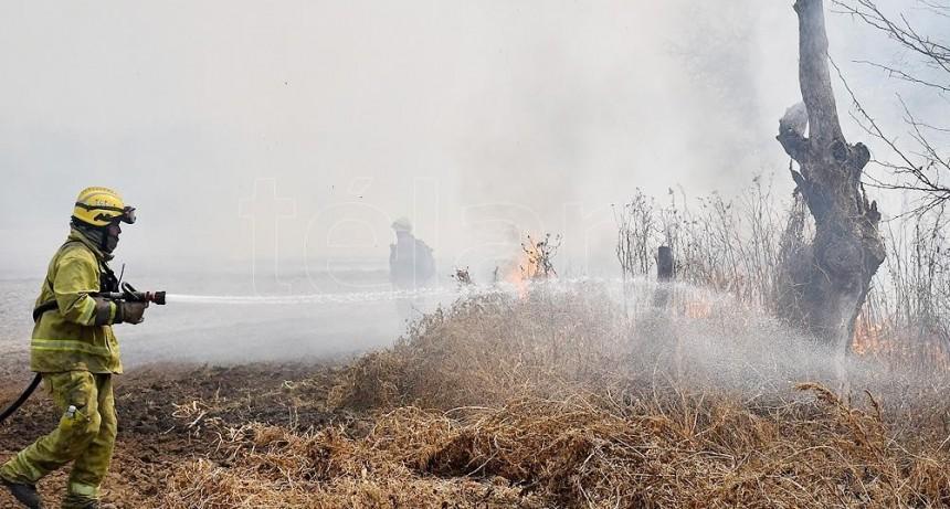 Con 10 aviones hidrantes y 300 bomberos combaten dos incendios forestales