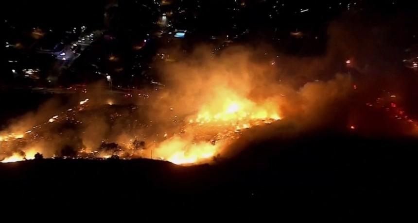 Miles de personas dejan sus casas por incendios en un valle de California
