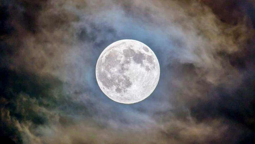 Rocas obtenidas de la Luna muestran que tuvo actividad volcánica hace menos tiempo de lo pensado