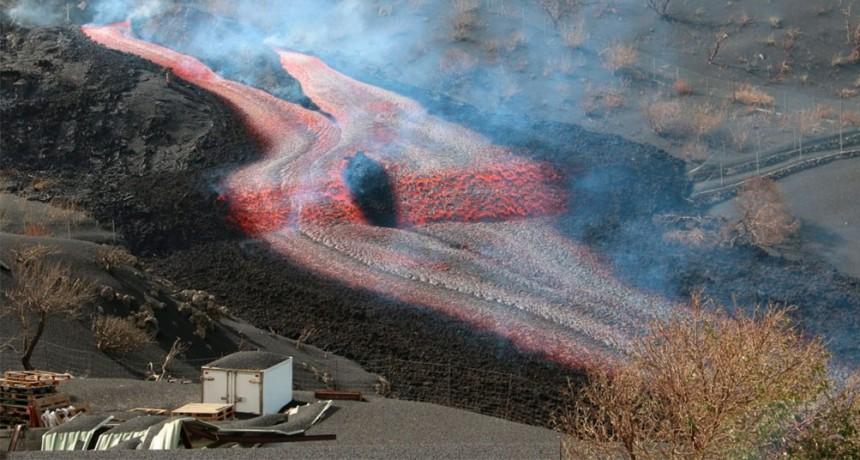 Una nueva colada de lava del volcán Cumbre Vieja amenaza destruir más viviendas